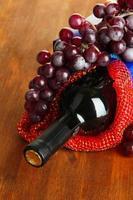 caja de regalo con vino en primer plano de la mesa de madera