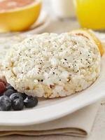 pasteles de arroz con queso cottage foto