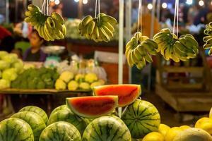 puesto en el mercado de frutas plátanos y sandía