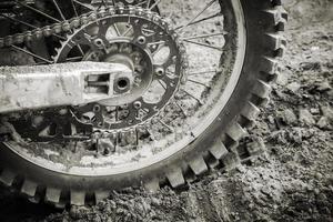 Rueda trasera de bicicleta deportiva en carretera sucia de motocross foto
