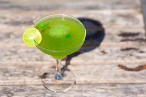 cóctel sabroso verde en tropical playa blanca