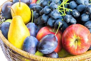 Frutas maduras en una cesta de mimbre de cerca