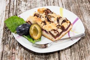 porción de pastel de ciruela fresca foto