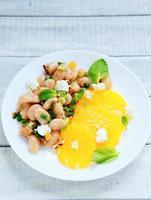 deliciosa ensalada con frijoles blancos foto