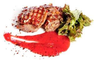 bifes grelhados e salada de legumes