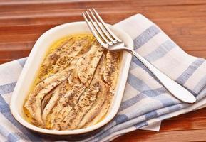 anchoas con ajo encurtido y aceite de perejil foto