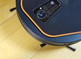 de robotstofzuiger maakt een vloer schoon