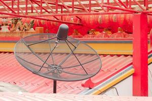 antena parabólica en el techo del templo de china foto