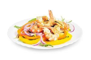 salada com camarão, mexilhões, pimentão