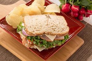 sanduíche de presunto de peru no almoço com batatas fritas