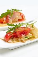 aperitivos de mesa suecos: tomates, queso, rúcula, pulpo, sobre
