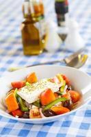 ensalada griega con queso feta, pimientos y aceitunas