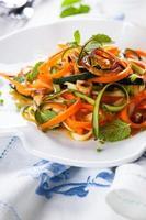 Ensalada de calabacín y zanahoria foto
