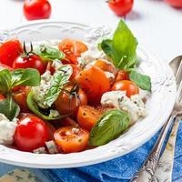 ensalada con tomate, crema agria y queso azul foto