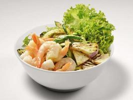 bol con ensalada de verduras y camarones