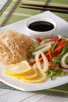 Ensalada de verduras asiáticas con fideos de calamar y arroz vertical