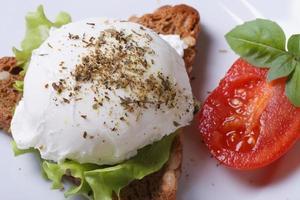 sandwich con vista superior de huevo escalfado. de cerca
