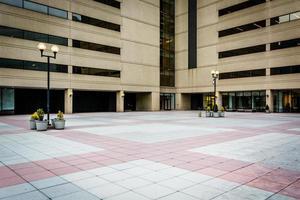 Plaza y moderno edificio de oficinas en el centro de Baltimore, Maryland foto