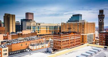 Vista de edificios desde un garaje de estacionamiento en Baltimore, Maryland.