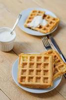 zuccini hash gofres marrones con crema agria foto