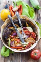 pescado al horno con verduras en un plato redondo foto
