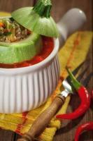 calabacín relleno con salsa de tomate