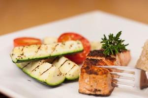 salmón ennegrecido con arroz integral y verduras a la parrilla foto