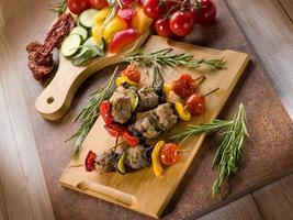 brocheta con albóndigas de carne y verduras