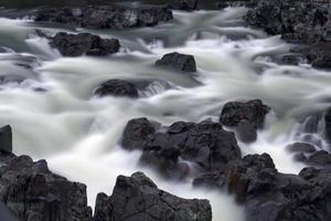 água sobre rochas