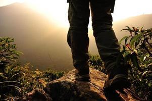 piedi escursionistici picco di montagna roccia