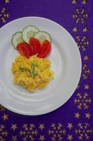 huevo revuelto con tomate y pepino foto