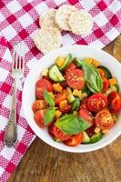 ensalada de tomate con pepino y picatostes