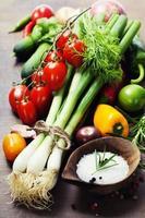 cebollas y verduras frescas de primavera foto