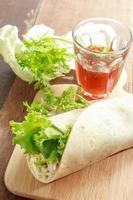 wraps de verduras con salsa dulce picante foto