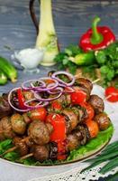 espetos grelhados de cogumelos e legumes