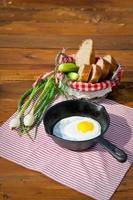 huevo frito en sartén sobre mesa de madera
