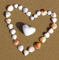 Corazones en la playa. foto