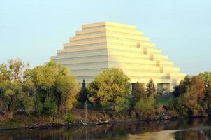 Edificio de oficinas en zigurat en el centro de West Sacramento, California foto