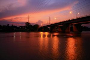 rio de ponte de silhueta