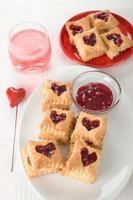 galletas de corazón rojo foto