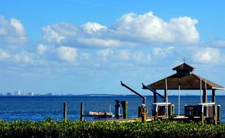muelle en la bahía de tampa con cielos azules y nubes