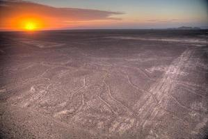 Líneas de Nazca en la hermosa puesta de sol. foto