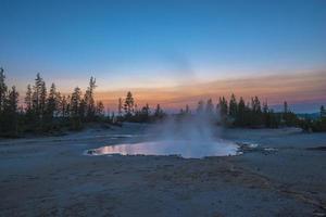 bacia do gêiser norris após o pôr do sol