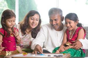 familia india jugando carrom juego foto
