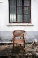 Silla de mimbre abandonada en el distrito de pingjiang de suzhou, china foto