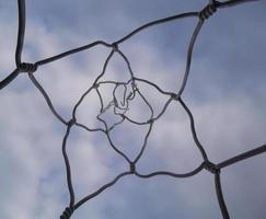 cables que se elevan hacia el cielo. foto