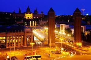 plaza de españa en barcelona en la noche foto
