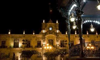 palacio de gobierno guadalajara mexico en la noche foto