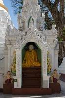 Vista exterior del templo en yangong myanmar foto