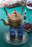 Té de Oriente Medio y palmera datilera sobre fondo de madera